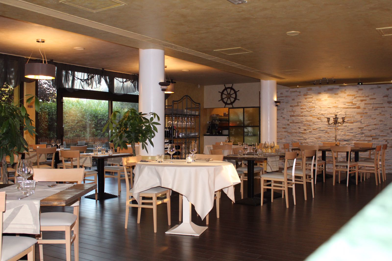 Interno del ristorante in prospettiva con tavoli apparecchiati