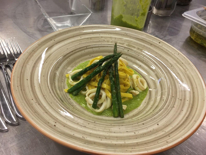 Piatto di pasta con tra asparagi