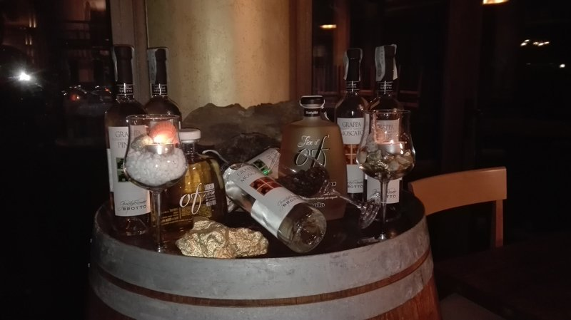 bevande alcoliche in bottiglia sopra una botte di legno