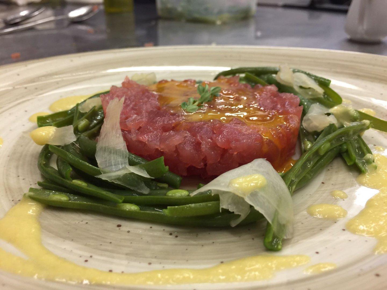 Tartare di carne con fagiolini e salsa