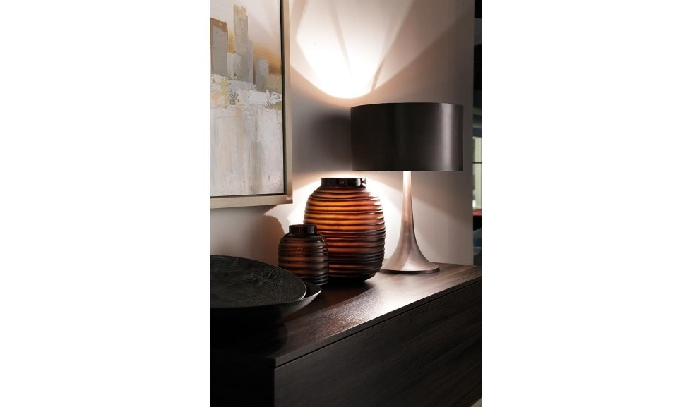 lampada moderna su cassettiera