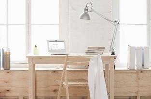 studio con scrivania in legno