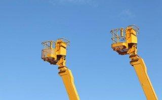 due piattaforme aeree gialle