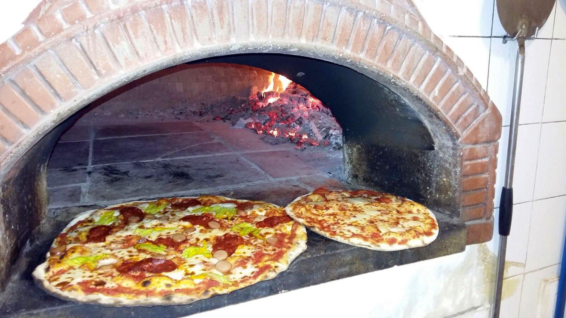 Forno a  legna, pizza gigante con salame e wurstel e Pizza margherita a Sarzana, SP