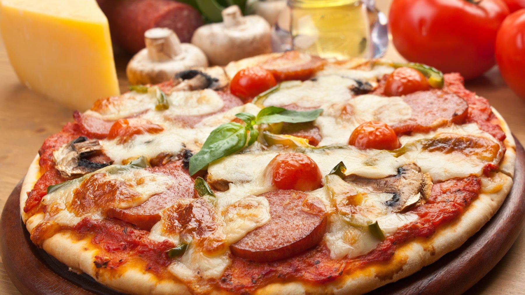 Pizza con wurstel , pomodorini e funghi a Sarzana, SP