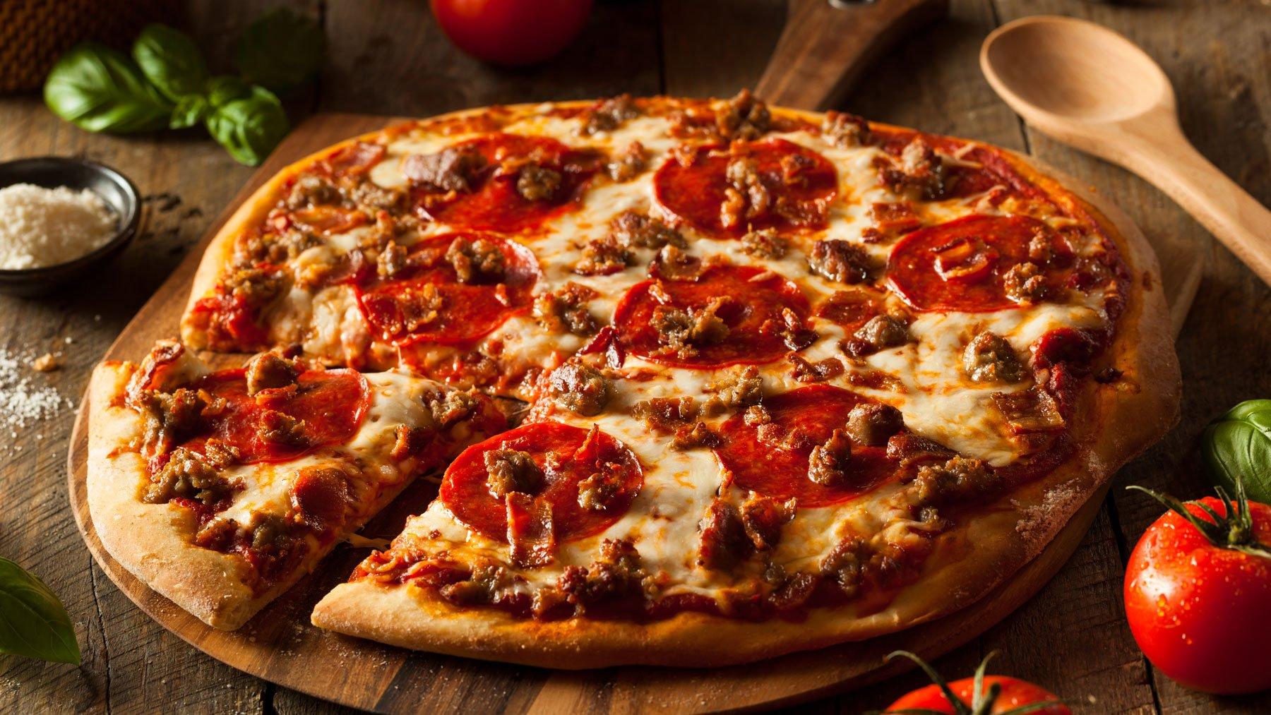 Pizza con Salame piccante, salsiccia e pezzettini di pancetta a Sarzana, SP