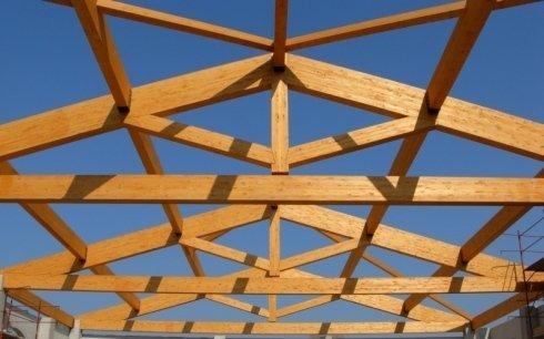 Struttura travi in legno chiaro