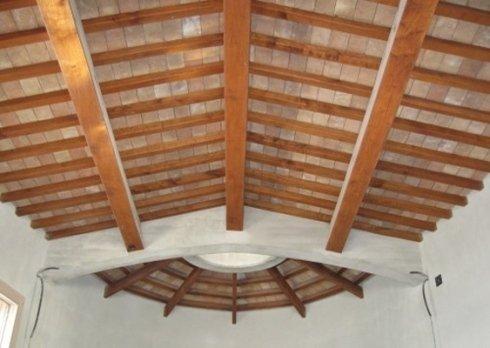Particolare di soffitto in legno