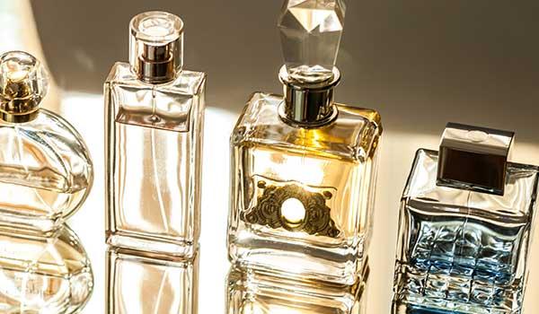 tre boccette di profumo trasparenti e una di color azzurro