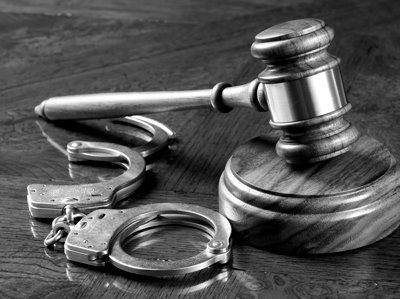 Algemas abertas e um martelo judicial