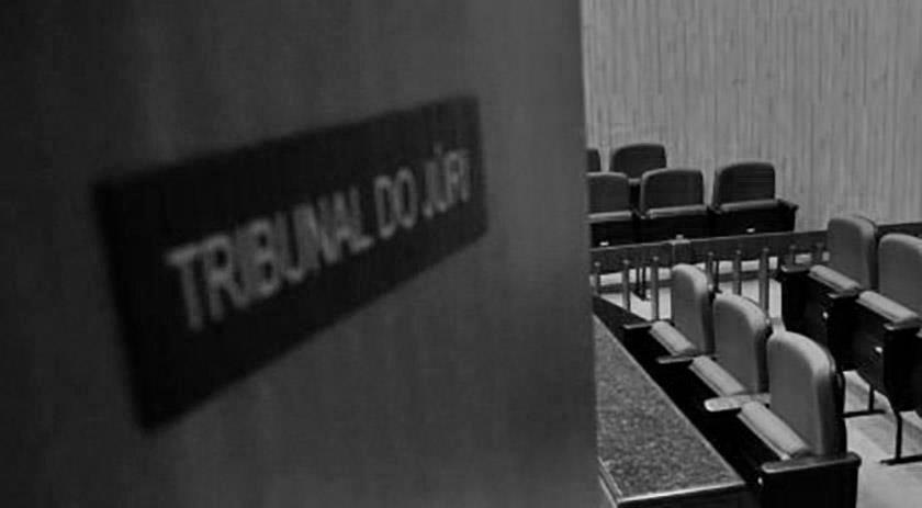 porta se abrindo para um tribunal do júri