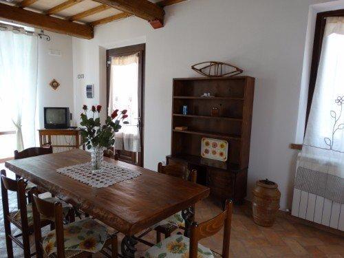 Sala da pranzo con i mobili di legno