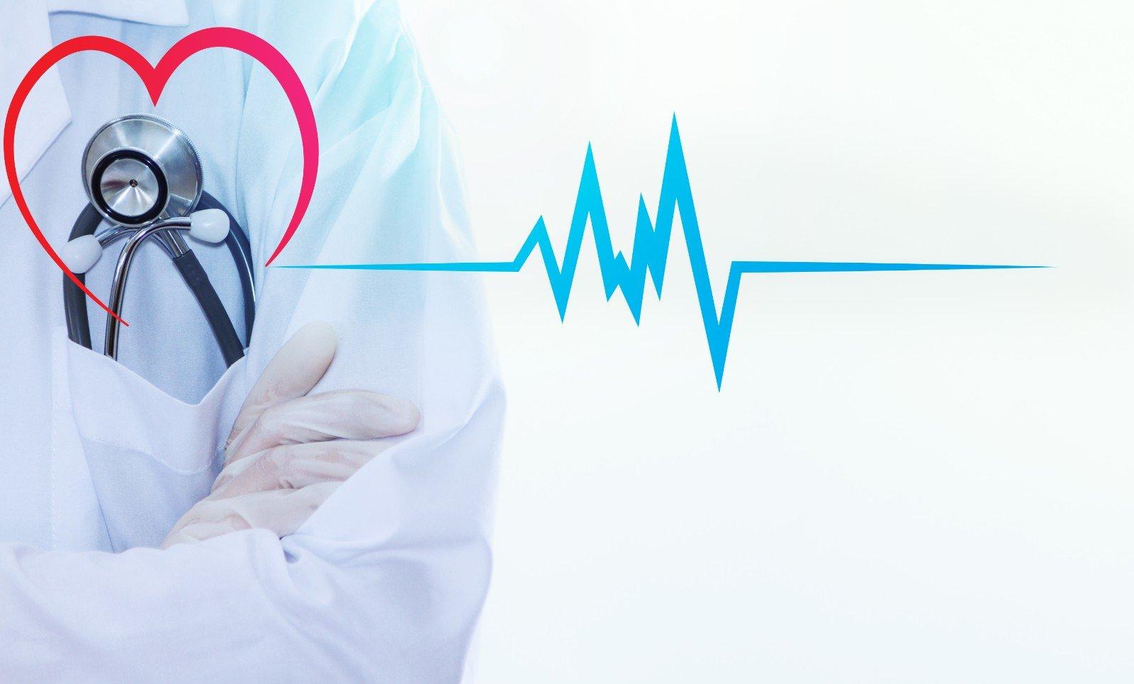Medico con uno stetoscopio per il cuore, copia spazio.