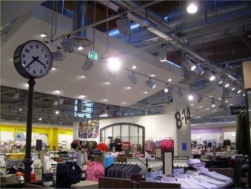 interno di un negozio di abbigliamento e vista di un orologio