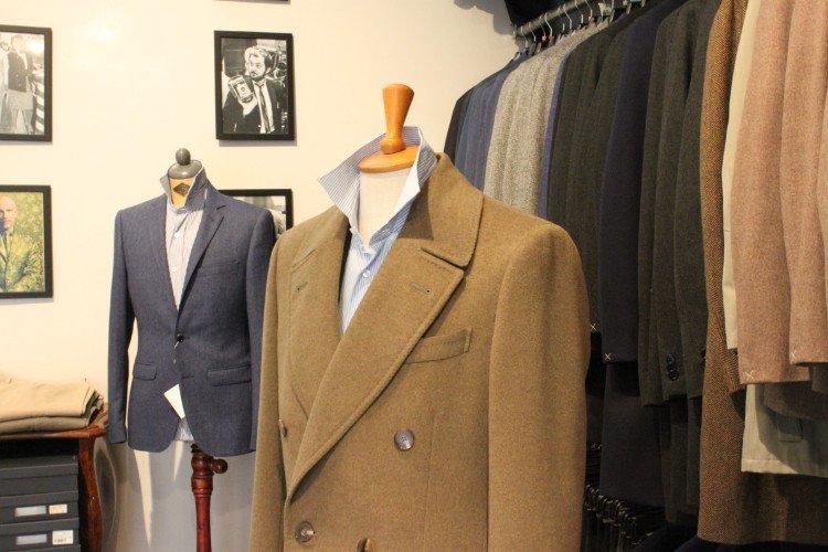 una giacca beige,una blu e altre appese
