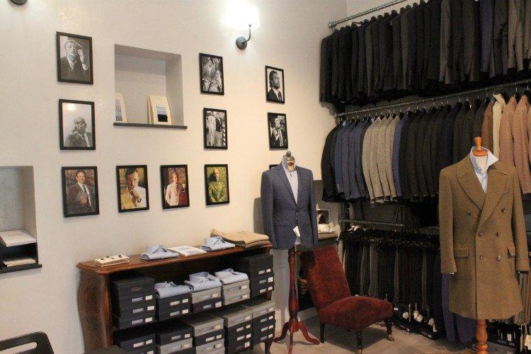 interno di un  negozio con delle giacche in esposizione e dei quadretti sui muri