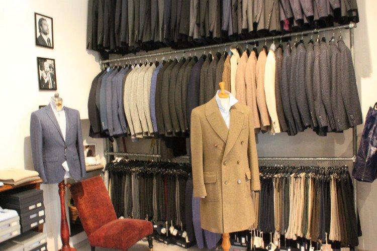 delle giacche di diversi colori esposte