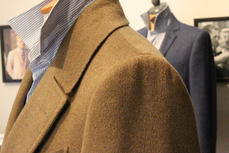 vista della spalla di una giacca beige