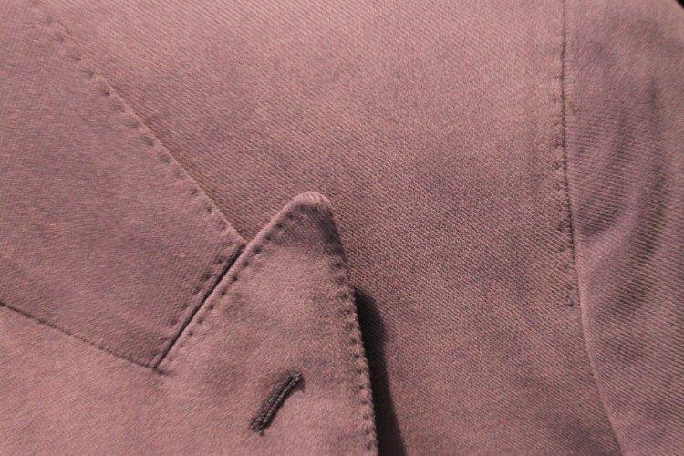 una giacca color fucsia vista da vicino