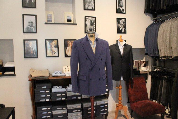 una giacca blu, una nera e altre appese