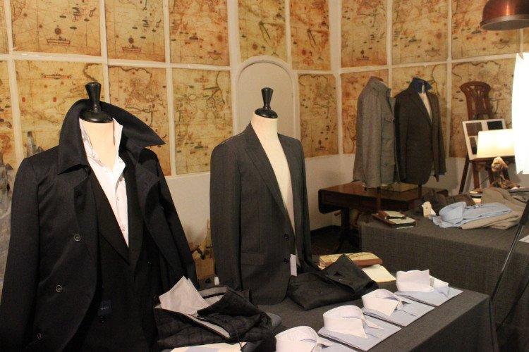 una giacca nera, una grigia scura, delle camicie piegate e altro abbigliamento