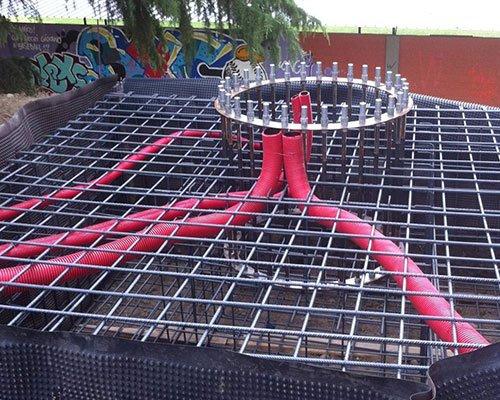 una struttura di ferro con dei tubi rossi
