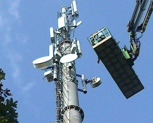 piattaforma aerea e una torre delle comunicazioni