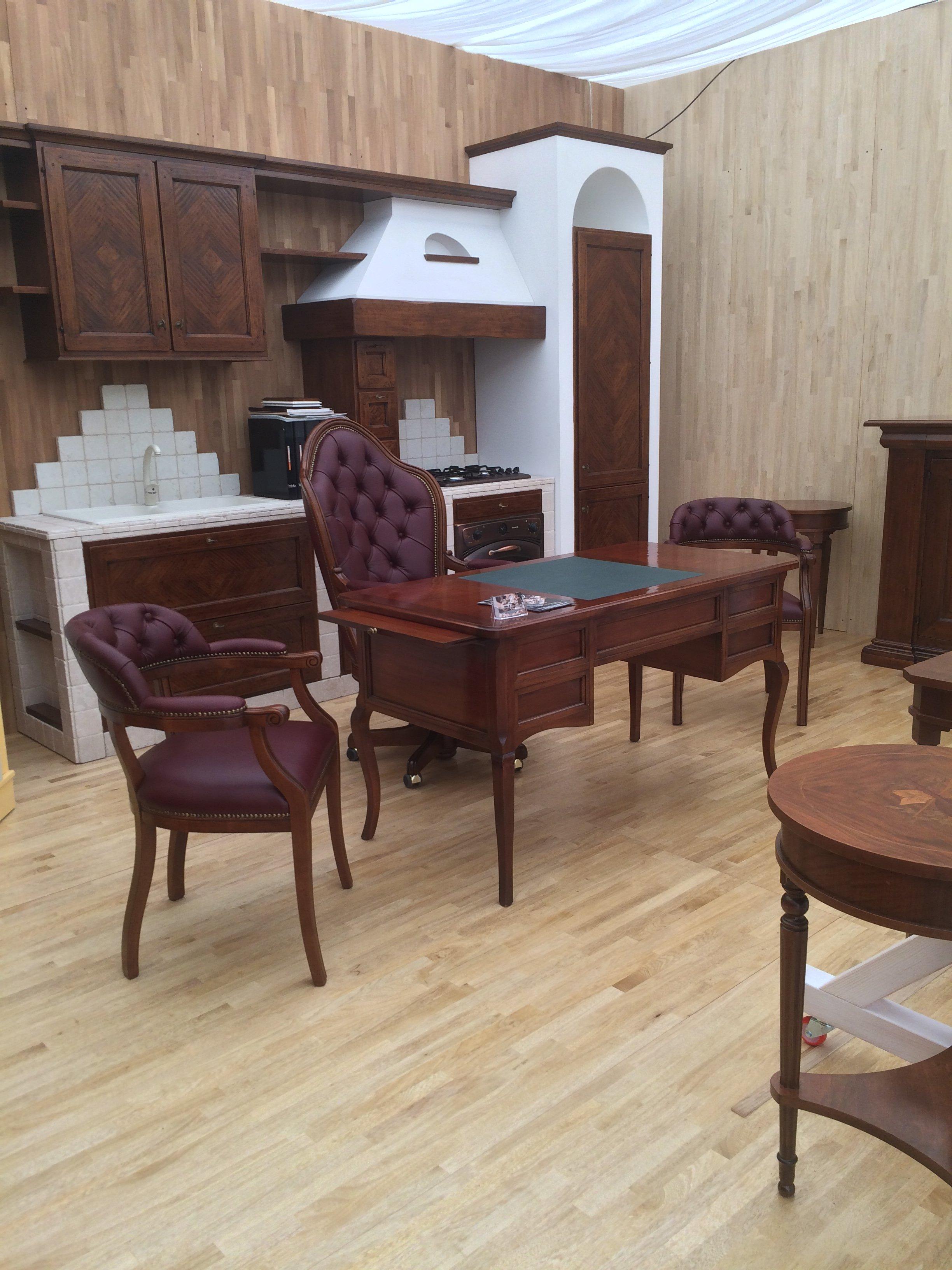 sedie e tavoli in pelle e legno