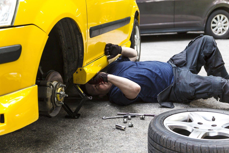 Meccanico ripara un macchina a Montesilvano