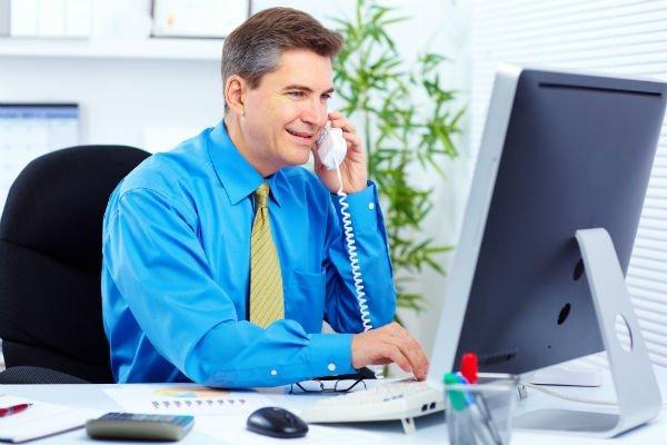 uomo in camicia blu a telefono