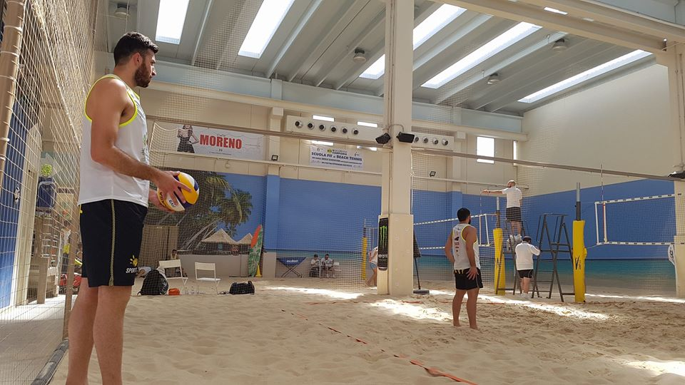 Giocando beach volley
