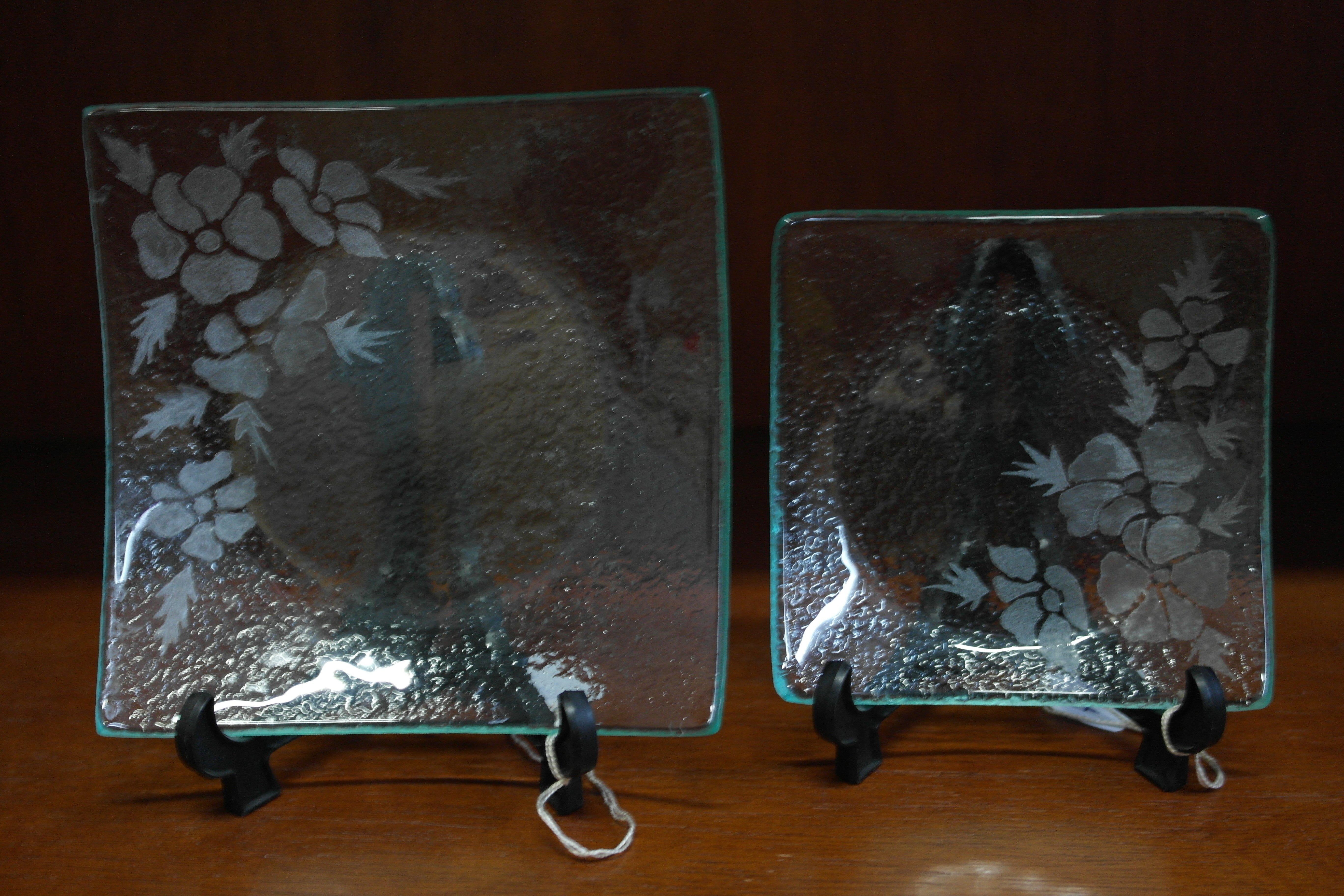 due piatti in vetro poggiati su un sostegno nero