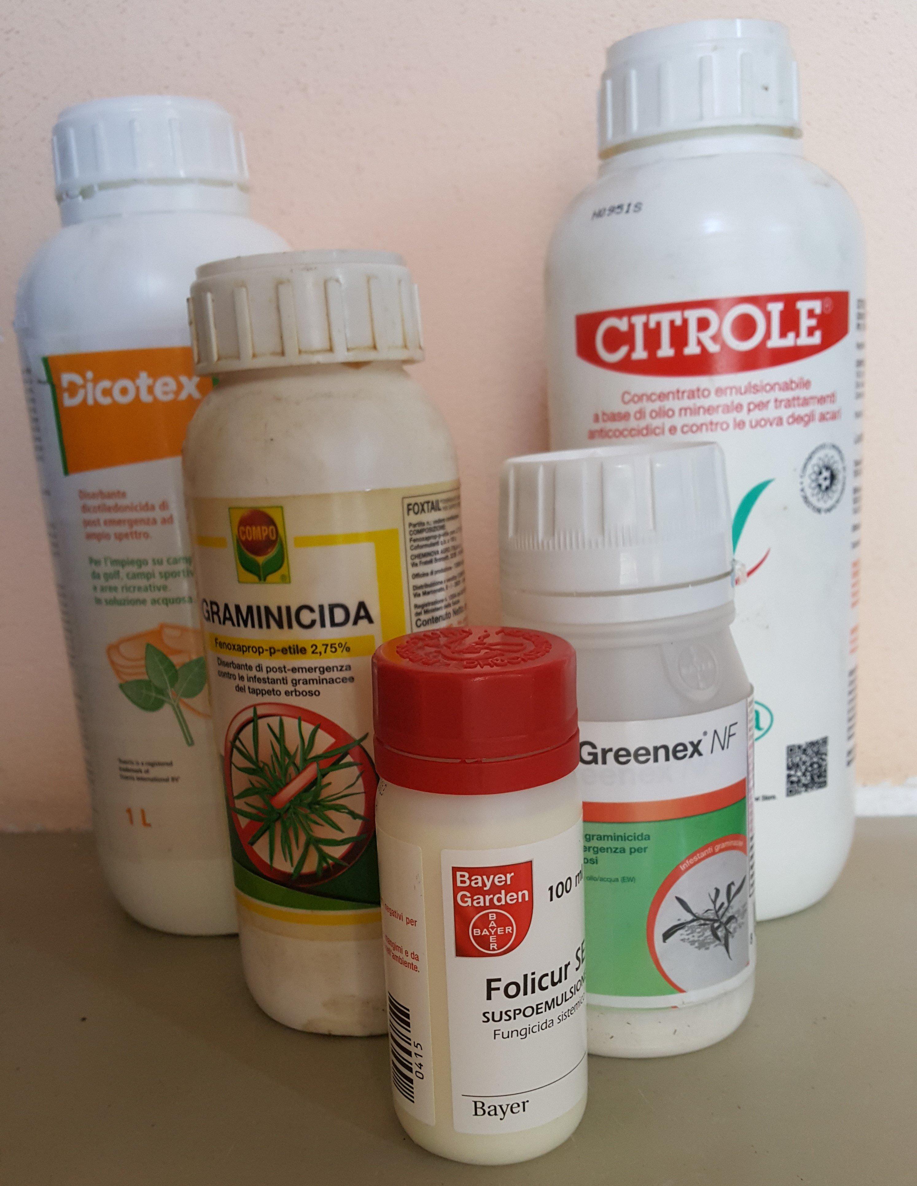 boccette bianche di prodotti fitosanitari