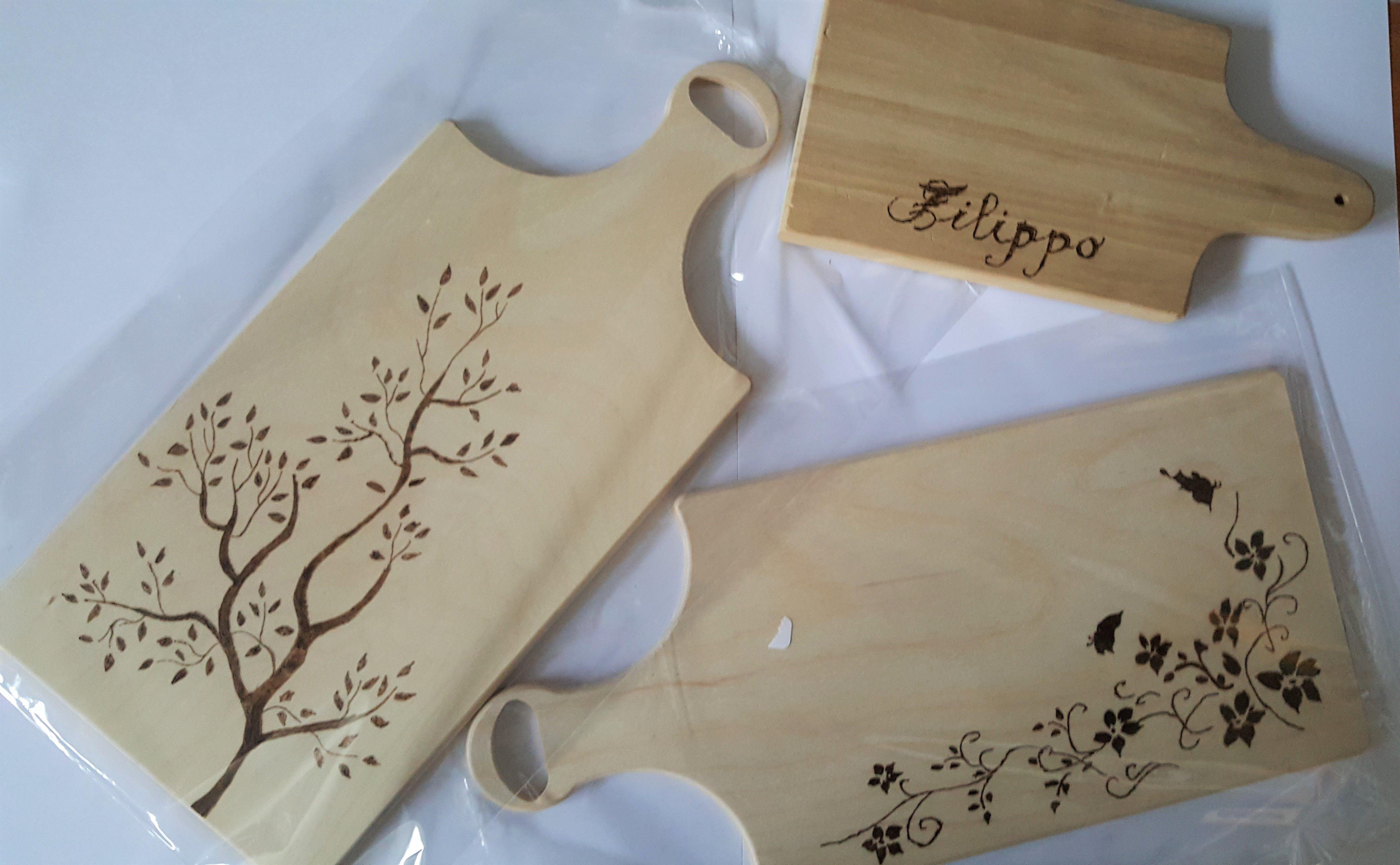 due taglieri con dei fiori disegnati e uno con scritto Filippo