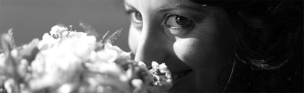sposa sente il profumo del bouquet