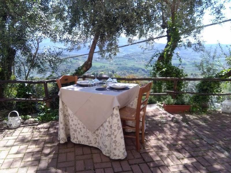 tavolo su veranda con vista panoramica