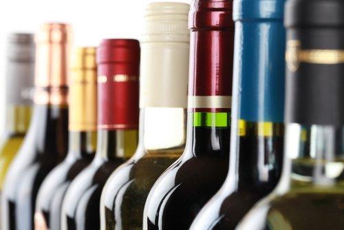 fila di bottiglie di vino