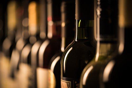 bottiglie di vino in fila