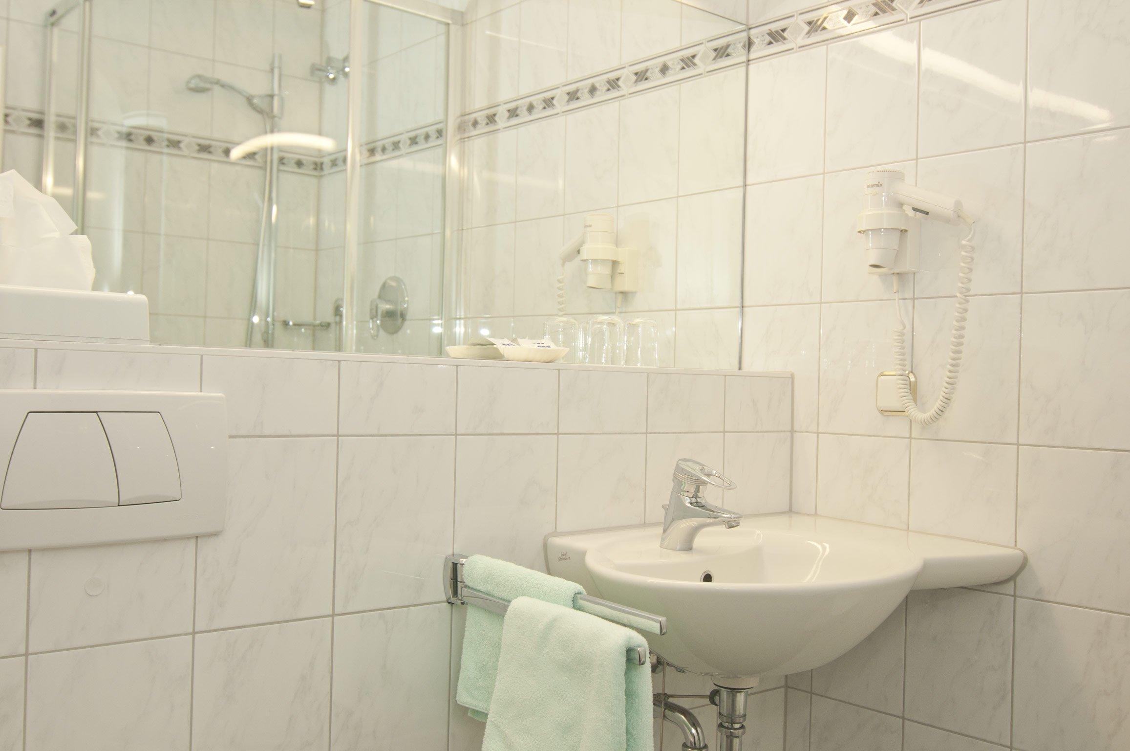 Badezimmer von Zimmer 118 im Hotel Hansa Offenbach