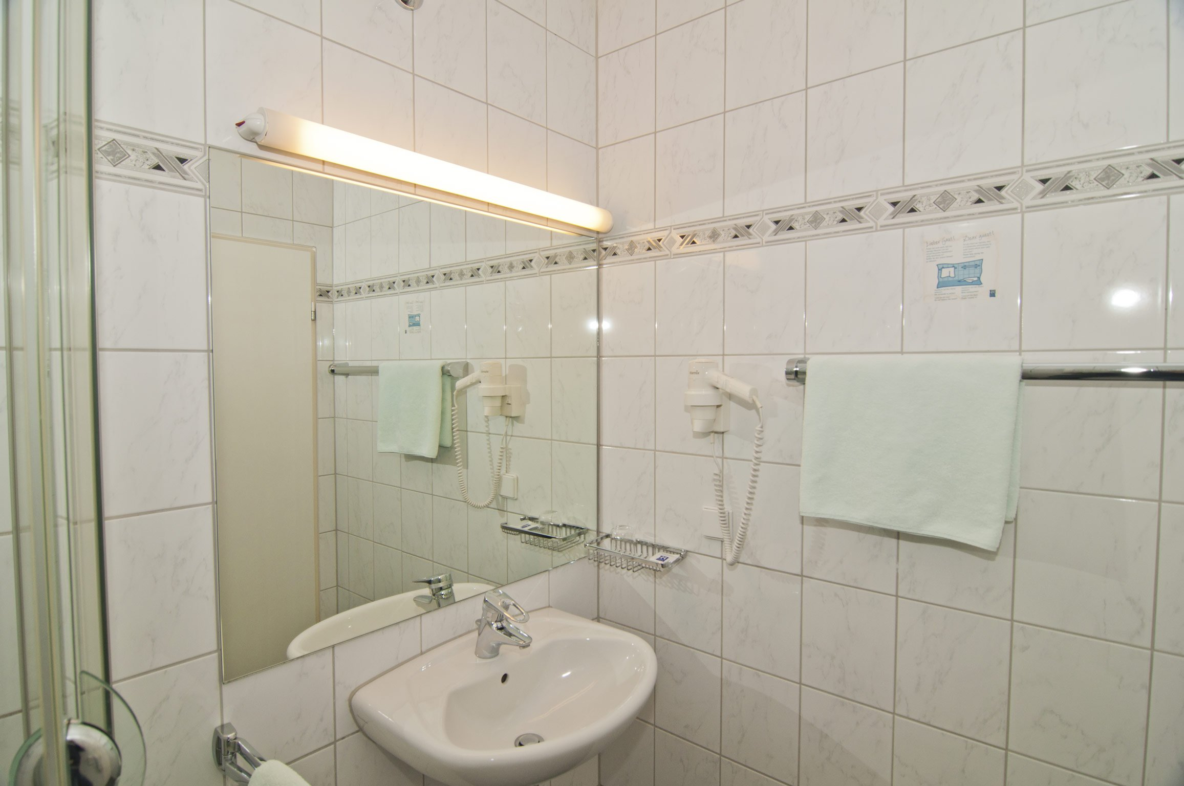 Badezimmer von Zimmer 123 im Hotel Hansa Offenbach