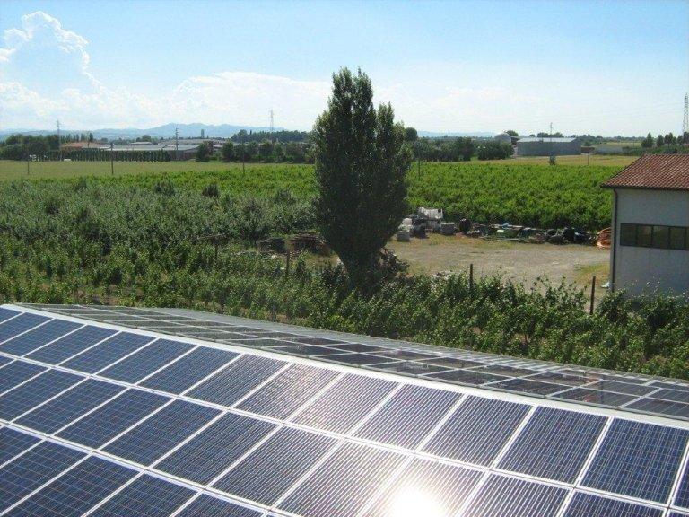 pannelli fotovoltaici in un campo