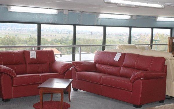 divani di pelle rossa con tavolinetto