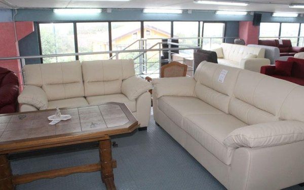 due divani di pelle bianca