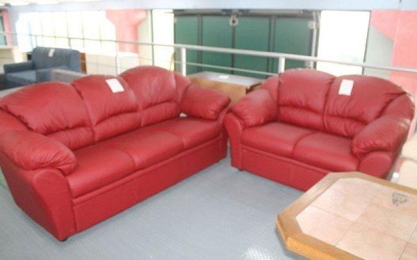 due divani di pelle rossa