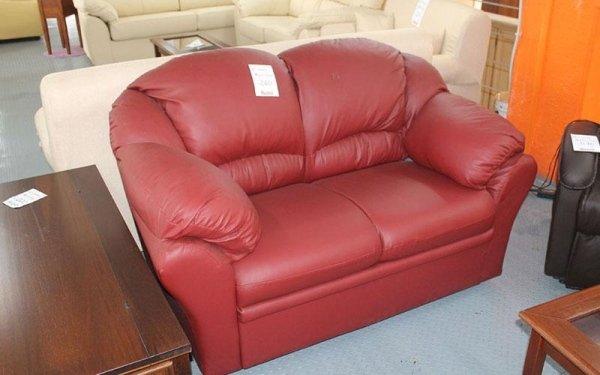 divano di pelle rossa da due posti