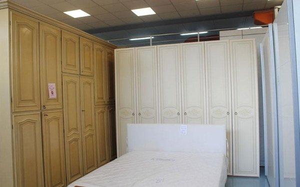 armadi in legno e letto usati