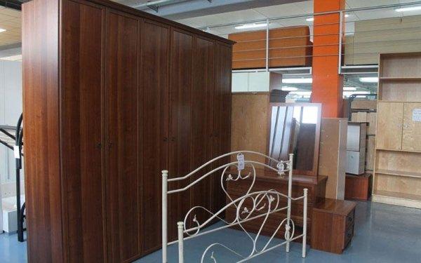 armadio in legno e struttura letto in ferro