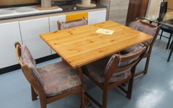 tavolo in legno chiaro con sedie