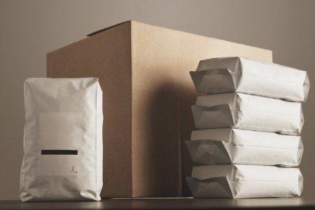 Vari pacchetti di caffè e una cassa