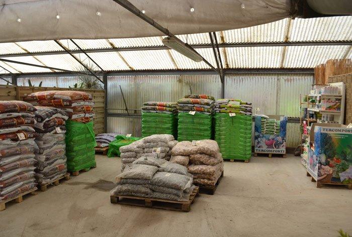 magazzino con sacchi per la coltivazione